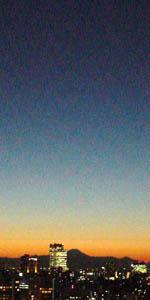 夕焼けを背景にした富士山から夜空へのグラデーション